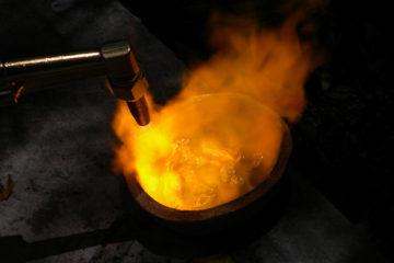Smeltende guld og kobber (rødguld legering)